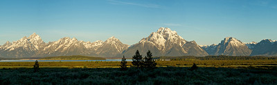 The stretch of the Grand Tetons National Park during a summer dawn.